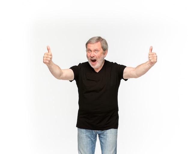 Primer plano del cuerpo del hombre mayor en camiseta negra vacía sobre blanco.