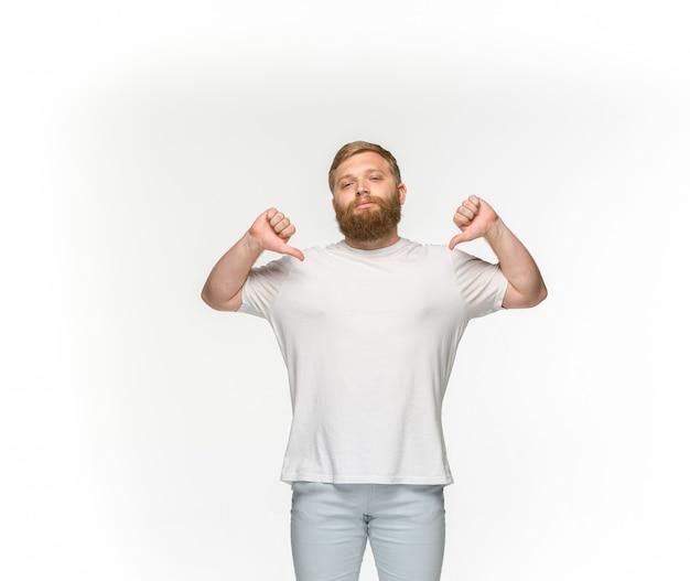 Primer plano del cuerpo del joven en camiseta blanca vacía sobre blanco.