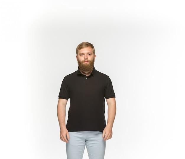 Primer plano del cuerpo del joven en camiseta negra vacía aislada en blanco