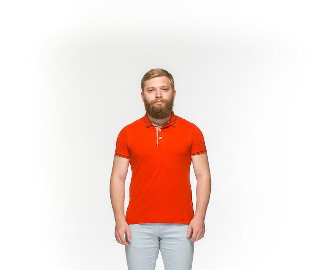 Primer plano del cuerpo del joven en camiseta roja vacía aislado en blanco.