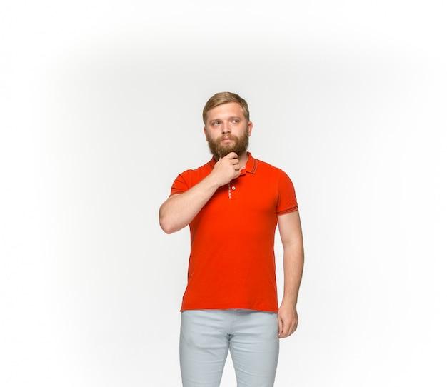 Primer plano del cuerpo del joven en camiseta roja vacía sobre blanco.