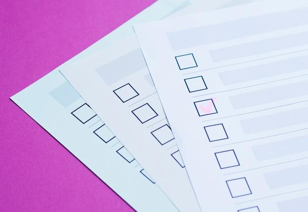 Primer plano del cuestionario electoral completado de alto ángulo