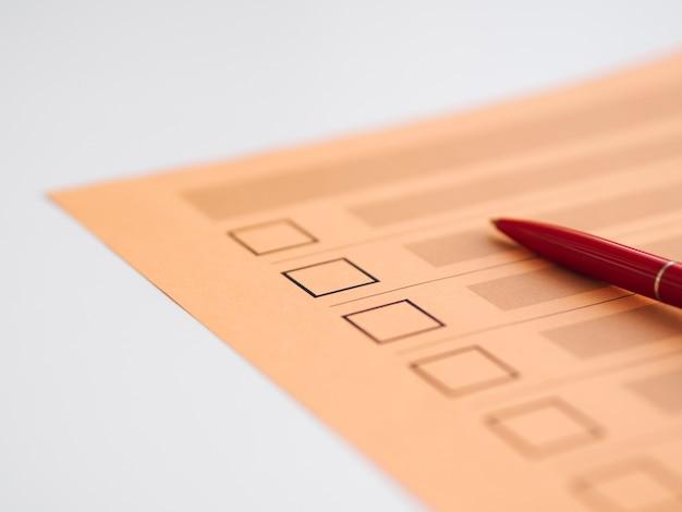 Primer plano de cuestionario de votación incompleto de alto ángulo
