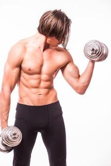 Primer plano de un culturista de hombre atlético de poder guapo haciendo ejercicios con pesas