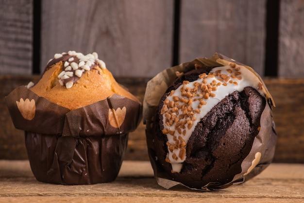 Primer plano de cupcakes de chocolate sobre una superficie de madera