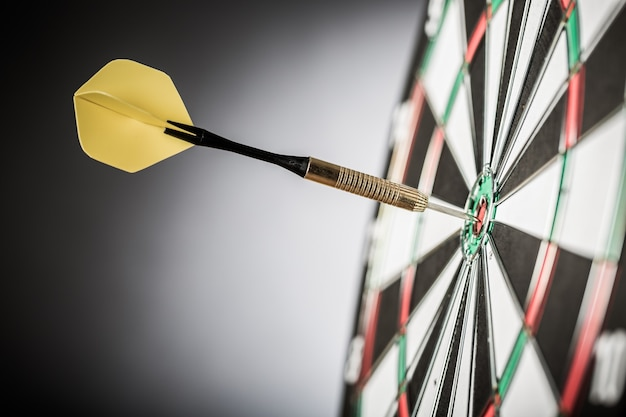 Primer plano de un dardo en bullseye