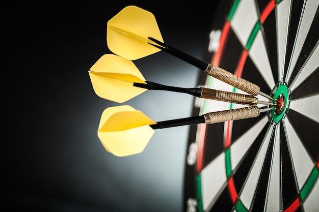 Primer plano de dardos en bullseye