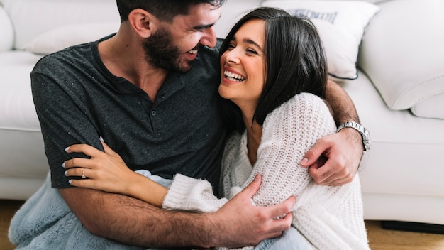 Primer plano de amantes de la joven pareja abrazándose unos a otros