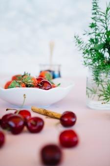 Primer plano de cerezas rojas frescas en la mesa