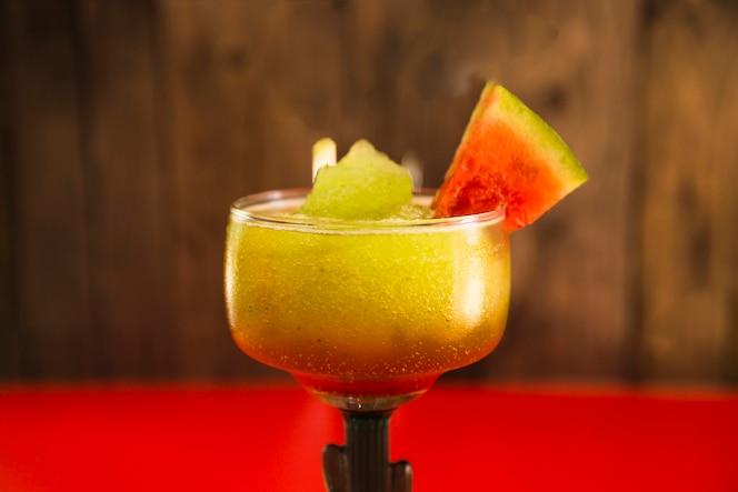 Primer plano de cóctel de frutas tropicales