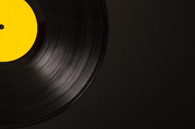 Primer plano de disco de vinilo sobre fondo negro