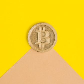 Primer plano de dos bitcoins sobre el fondo dual