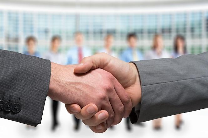 Primer plano de dos hombres de negocios dándose la mano