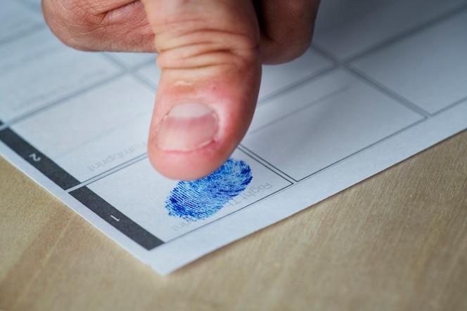 Primer plano de huella digital en papel