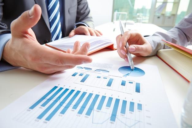 Primer plano de informe financiero
