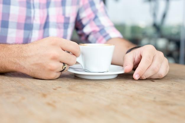 Primer plano de joven bebiendo café al aire libre