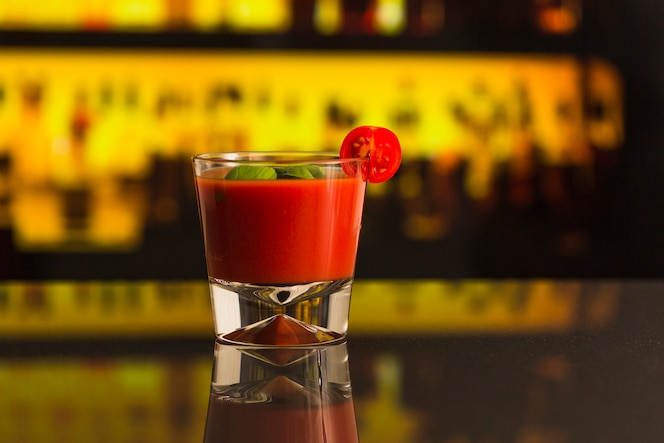 Primer plano de jugo de tomate fresco en el mostrador de la barra