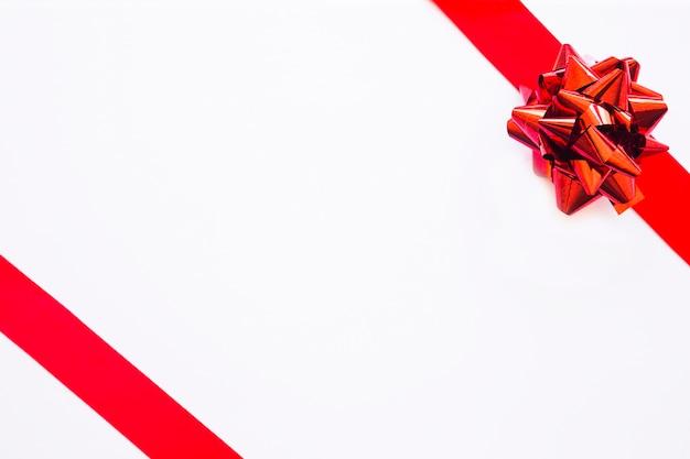 Primer plano de la caja de regalo blanca con lazo de cinta de raso