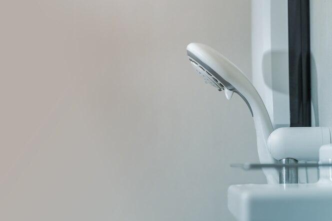 Primer plano de la ducha en el baño