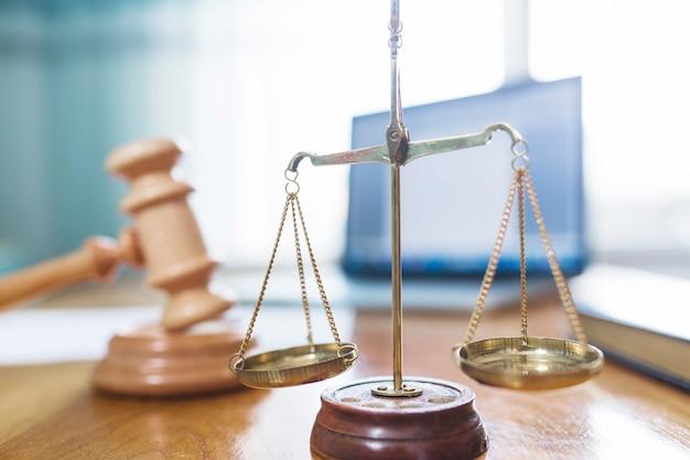 Primer plano de la escala de justicia de oro en la sala del tribunal