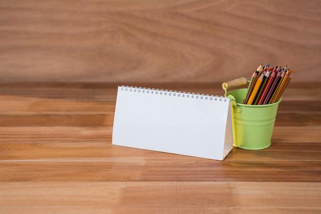 Primer plano de la espiral calendario blanco con un lápiz
