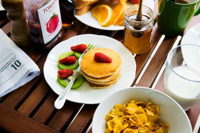 Primer plano de la tapa de panqueque con desayuno de fresa