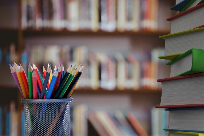 Primer plano de lápices de colores con libros