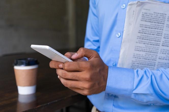 Primer plano de las manos humanas con teléfono móvil.