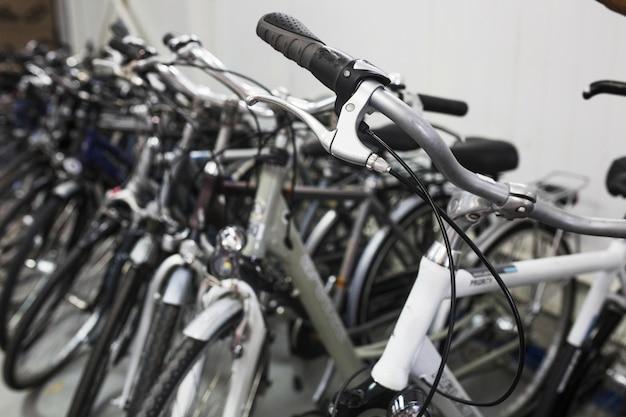 Primer plano de muchas bicicletas en el taller