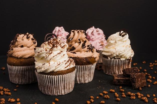 Primer plano de muffins con una pieza de chocolates