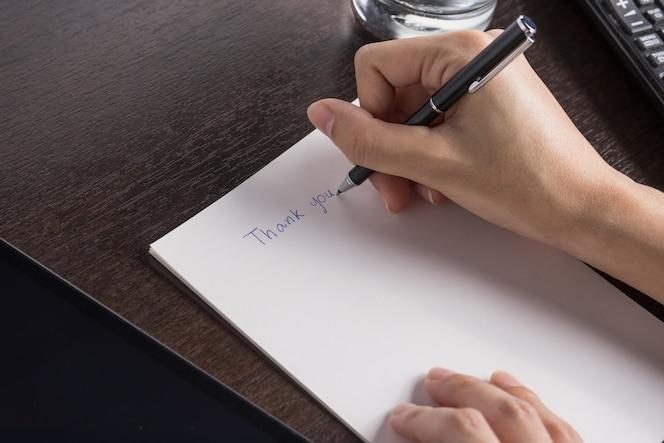 Primer plano de mujer con tableta y escribir un documento