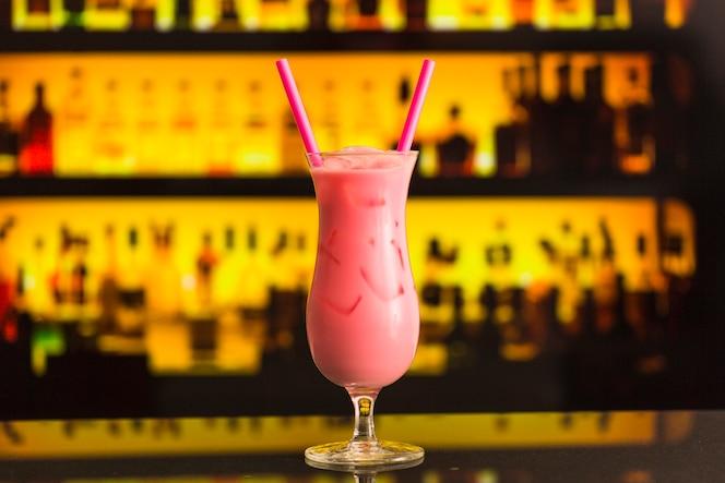 Primer plano de refrescante cóctel de color rosa