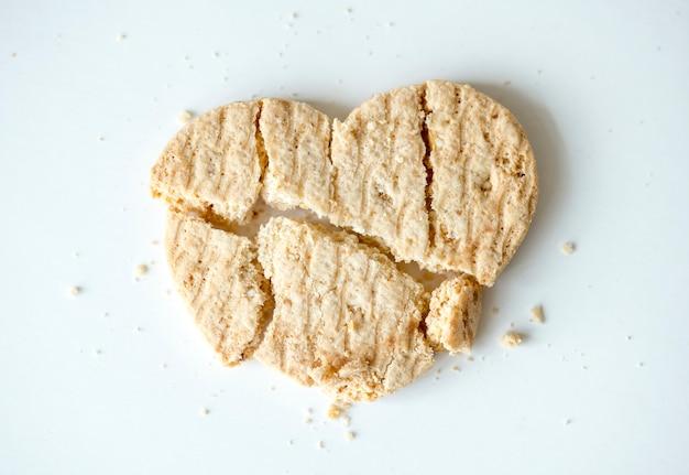 Primer plano de una galleta en forma de corazón roto