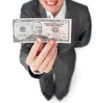 Primer plano de una mujer de negocios con un billete de banco