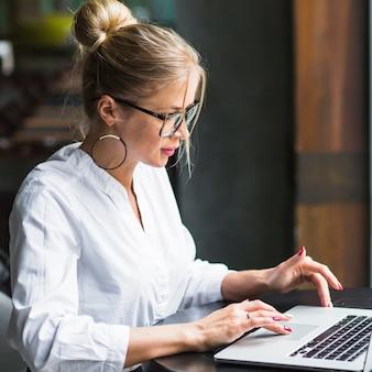 Primer plano de una mujer que usa la computadora portátil
