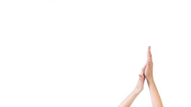 Primer plano de una mujer tocando su palma sobre fondo blanco