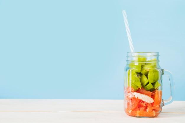 Primer plano de una rebanada de frutas frescas en tarro de cristal