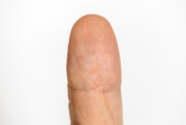 Primer plano de dedo aislado sobre fondo blanco