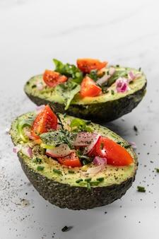 Primer plano de deliciosa ensalada saludable en composición de aguacate