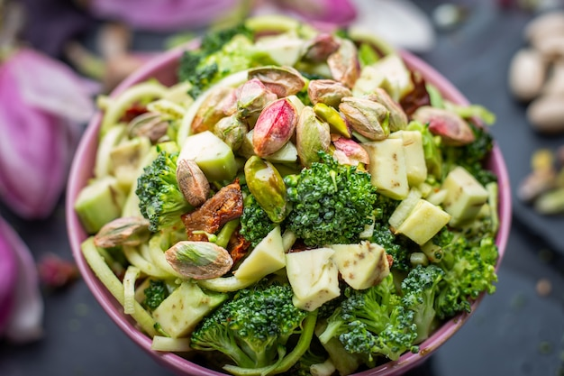 Primer plano de la deliciosa ensalada vegana en el recipiente