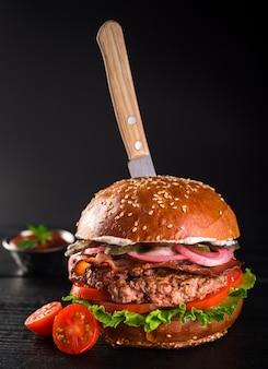 Primer plano deliciosa hamburguesa de ternera con tomates cherry
