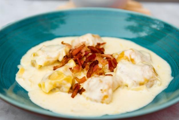 Primer plano de deliciosa pasta cremosa de ravioles con queso