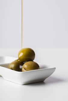 Primer plano deliciosas aceitunas listas para ser servidas