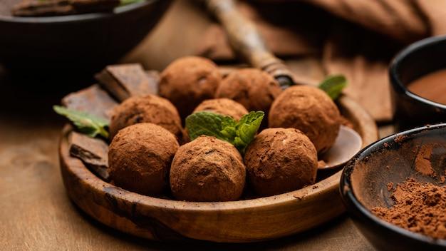 Primer plano de deliciosas bolas de chocolate