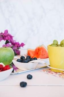 Primer plano de deliciosas frutas jugosas frescas