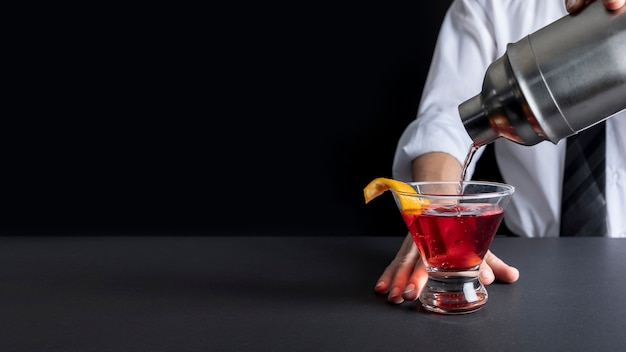 Primer plano delicioso cóctel listo para ser servido