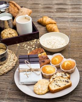 Primer plano de delicioso desayuno saludable en mantel individual