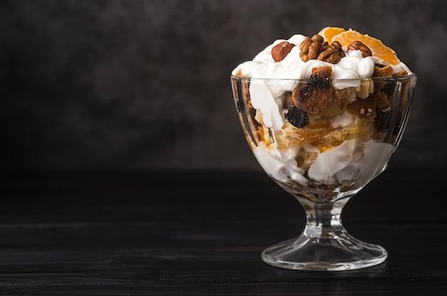Primer plano delicioso helado con jarabe