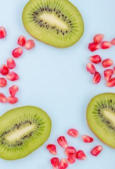 Primer plano delicioso kiwi con semillas de granada