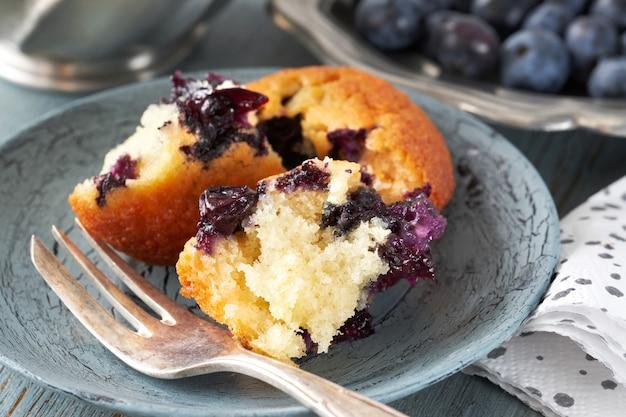 Primer plano en un delicioso muffin de arándanos roto